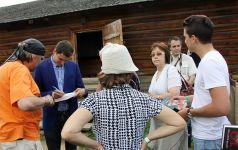 """Сергей Шаргунов подписывает свои книги на феставале """"Традиция"""""""
